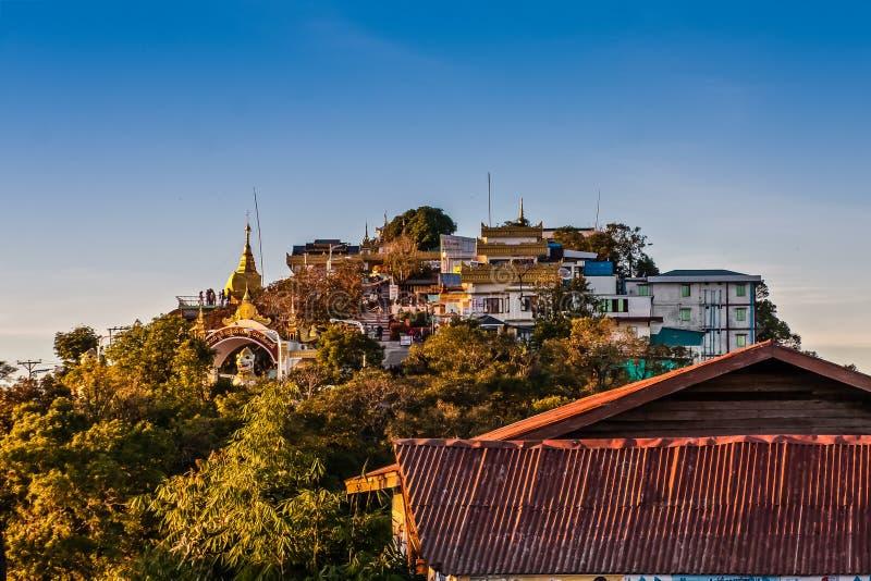 Eine Ansicht über den Hügel mit Kyaukthanban-Pagode und der goldenen Felsen-Pagode, Kyaiktiyo, Myanmar lizenzfreie stockfotos