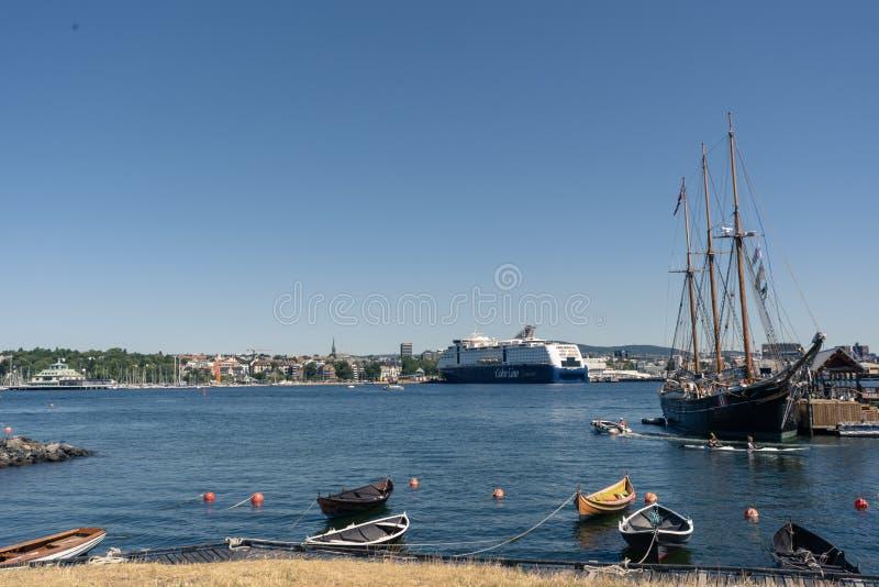 Eine Ansicht über Oslo-Fjord und Stadtufergegend vom historischen Hafen der Museumsinsel lizenzfreies stockfoto