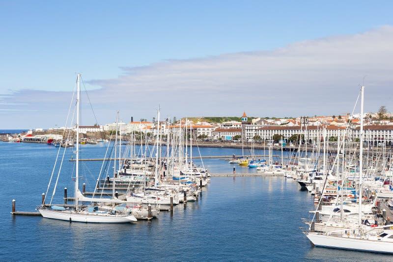 Eine Ansicht über Ponta Delgada vom Jachthafen, Sao Miguel, Azoren, Portugal stockbilder