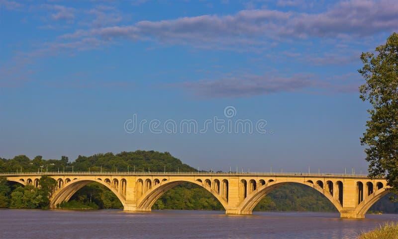 Eine Ansicht über Schlüsselbrücke über dem Potomac von Georgetown-Park im Washington DC stockfotos
