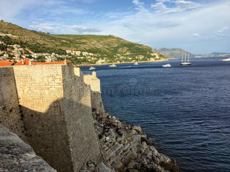 Eine Ansicht der berühmten Wände von Dubrovnik, die die alte Stadt von Dubrovnik, Kroatien mit dem adriatischen Meer im Abstand u lizenzfreies stockbild