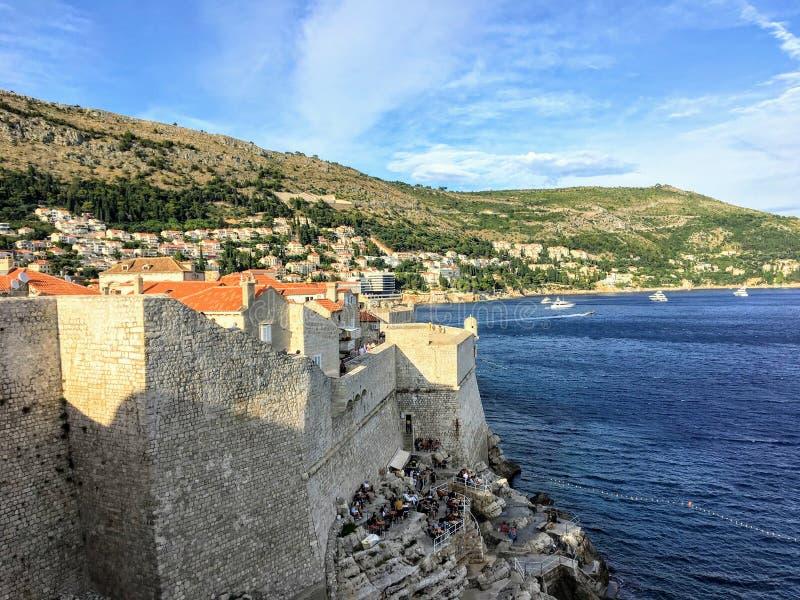 Eine Ansicht der berühmten Wände von Dubrovnik, die die alte Stadt von Dubrovnik, Kroatien mit dem adriatischen Meer im Abstand u lizenzfreie stockbilder