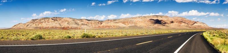 Eine Ansicht der farbigen Berge vom Wüsten-Ansicht-Antrieb bei Cameron - Arizona, AZ, USA lizenzfreie stockfotografie