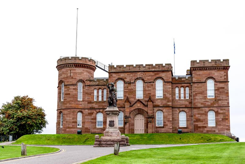 Eine Ansicht der Inverness-Schloss- und Rosa MacDonald-Statue, Schottland stockfotos