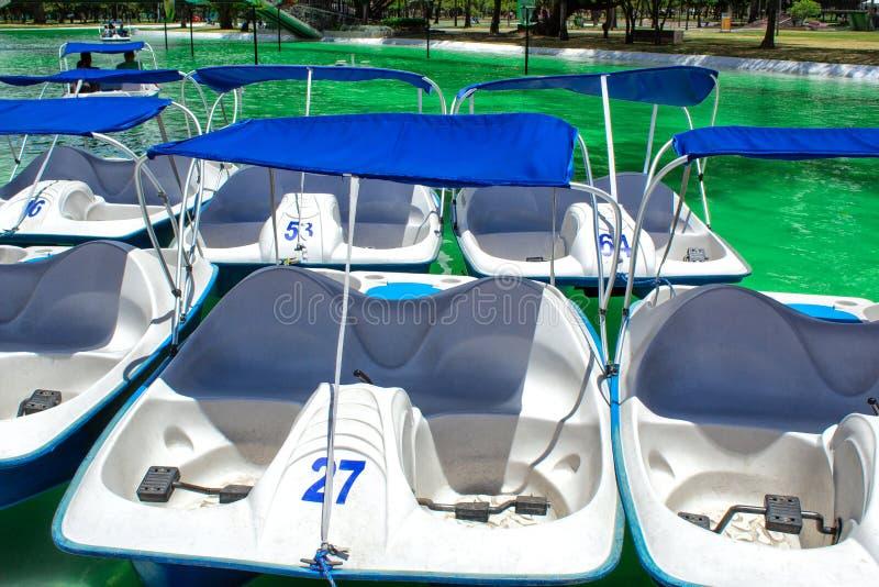 Eine Ansicht der Katamaran mit Pedaltretbooten, im Allgemeinen Park von La Carolina, Quito lizenzfreie stockbilder