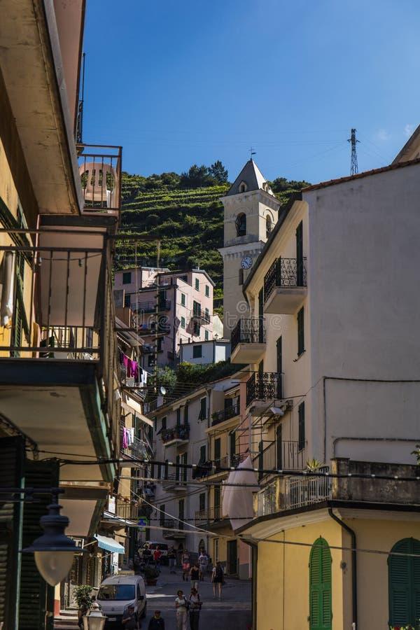 Eine Ansicht der nah verpackten Häuser im Cinque Terre-Dorf von Manarola im La Spezia, Ligurien, Italien - 16. Mai 2016 lizenzfreie stockbilder