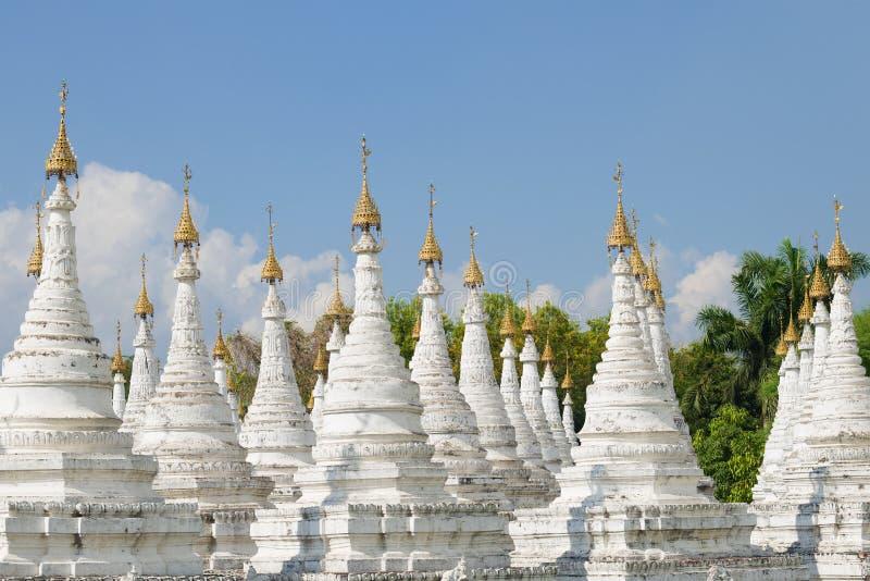 Eine Ansicht der stupas auf der Sandamuni-Pagode an einem sonnigen Tag Mandalay, Myanmar stockfotografie