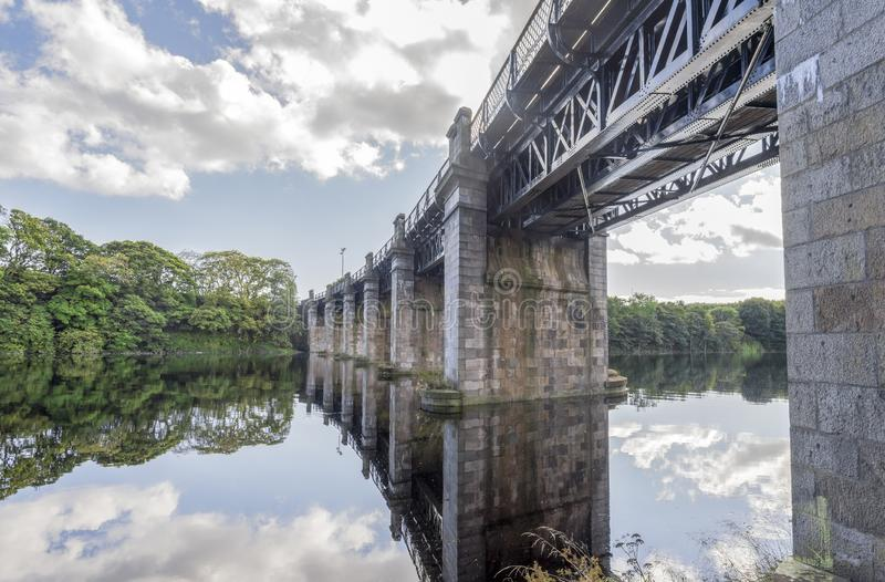 Eine Ansicht der szenischen Eisenbahnbrücke über Fluss Dee in Aberdeen, Schottland lizenzfreie stockfotos