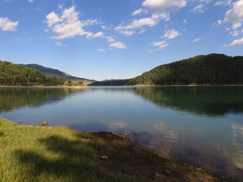 eine Ansicht des Aoos Sees, Epirus Griechenland lizenzfreie stockfotografie