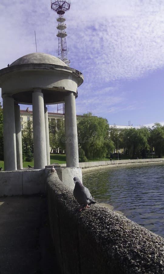 Eine Ansicht des Dammes des Svisloch-Flusses in der Mitte der Stadt von Minsk lizenzfreies stockfoto