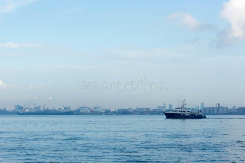 Eine Ansicht des Erdölraffinerieindustrie- und -ozeanwassers, das patro ist lizenzfreie stockbilder