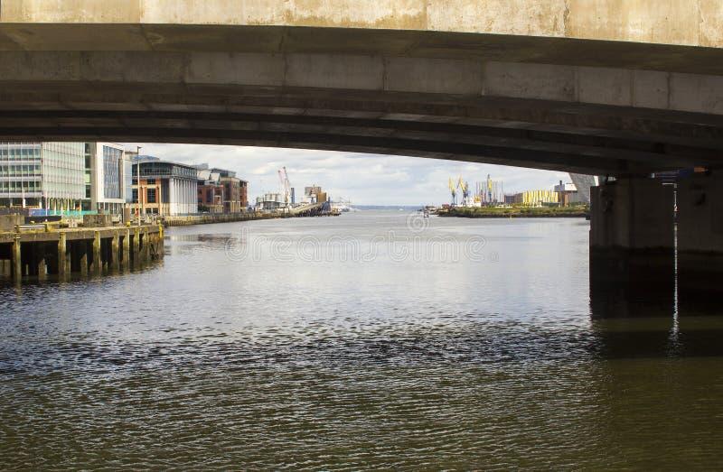 Eine Ansicht des Flusses Lagan und des Belfast-Lough durch die Eisenbahnbrücke bei Donegall Quay lizenzfreie stockfotografie