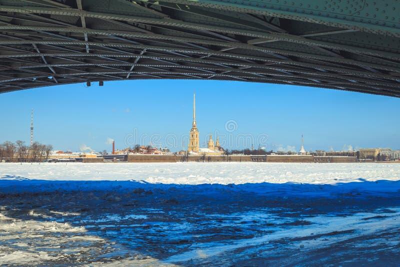 Eine Ansicht des Peter und des Paul Fortresss von unterhalb der Palast-Brücke in St Petersburg lizenzfreie stockfotografie