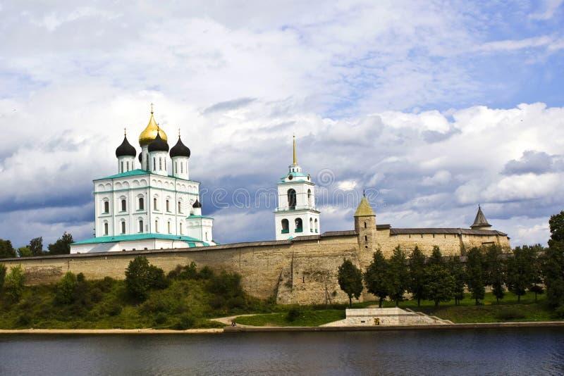 Eine Ansicht des Pskovs Kremlin lizenzfreie stockbilder