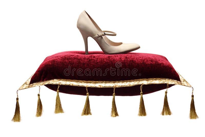 Eine Ansicht des Schuhes einer Frau auf einem Kissen stockbild