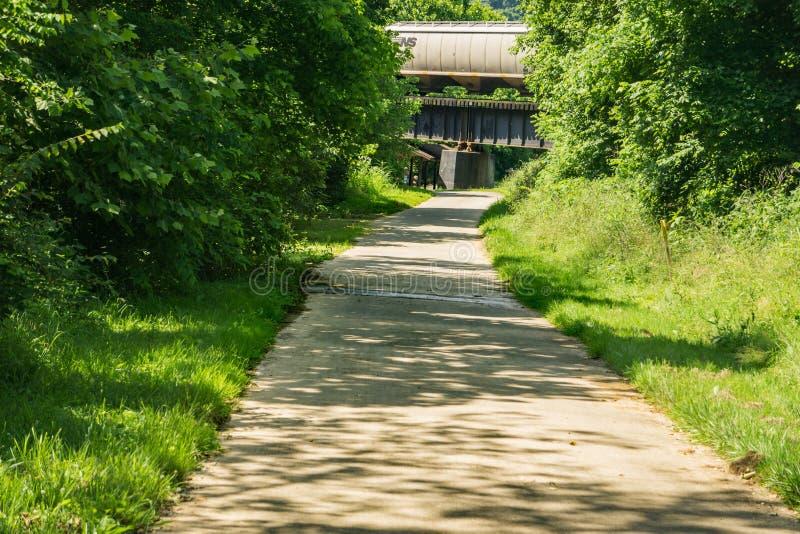 Eine Ansicht des Stümpers Creek Greenway stockbilder