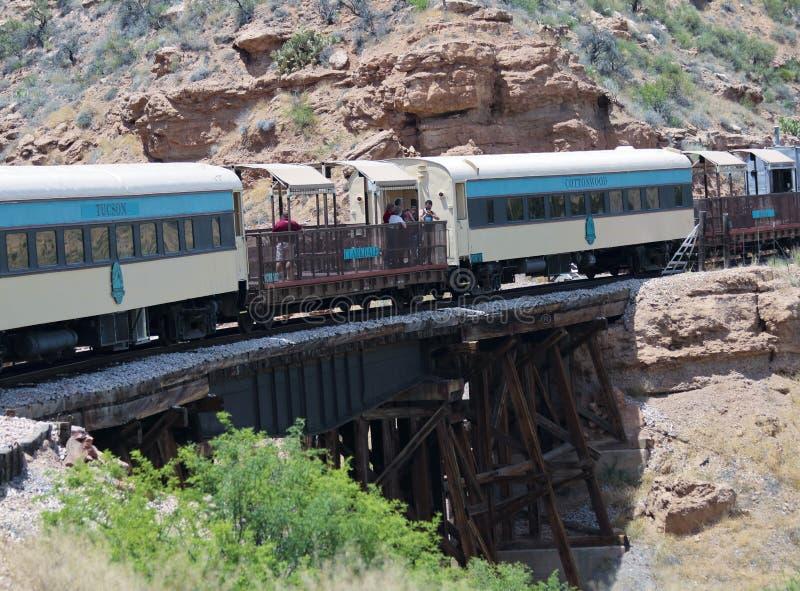 Eine Ansicht des Verde-Schlucht-Eisenbahn-Zugs auf der SCHLUCHZEN Brücke, Clarkdale, AZ, USA lizenzfreies stockfoto