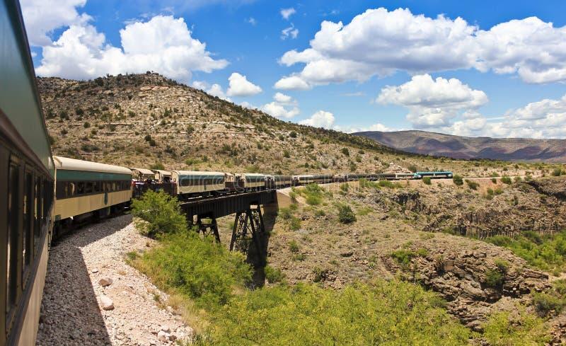 Eine Ansicht des Verde-Schlucht-Eisenbahn-Zugs, Clarkdale, AZ, USA stockfotografie
