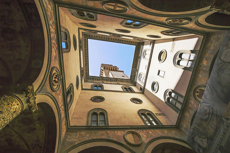 Eine Ansicht in die Uffizi-Galerie in Florenz in Italien im Sommer stockfotos