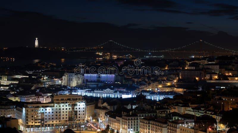 Eine Ansicht durch die belichtete Stadt von Lissabon Abend in der portugiesischen Hauptstadt lizenzfreie stockfotografie