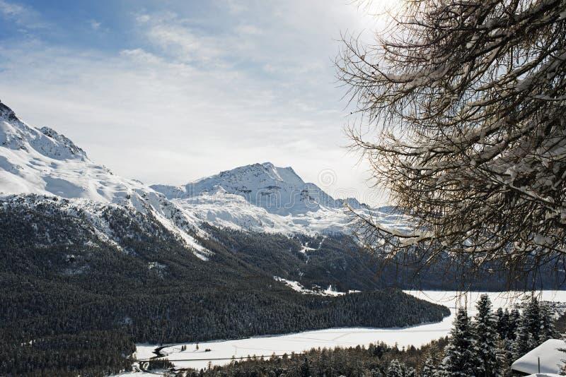 Eine Ansicht einer erstaunlichen Landschaft und des Schnees bedeckte Berge in den Alpen die Schweiz im Winter mit einer Kappe lizenzfreie stockbilder