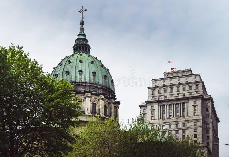 Eine Ansicht einer Kathedralenhaube in im Stadtzentrum gelegenem Montreal lizenzfreie stockbilder