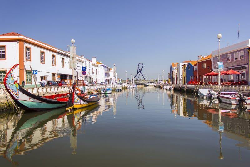 Eine Ansicht eines Wasserkanals, Aveiro, Portugal lizenzfreie stockbilder
