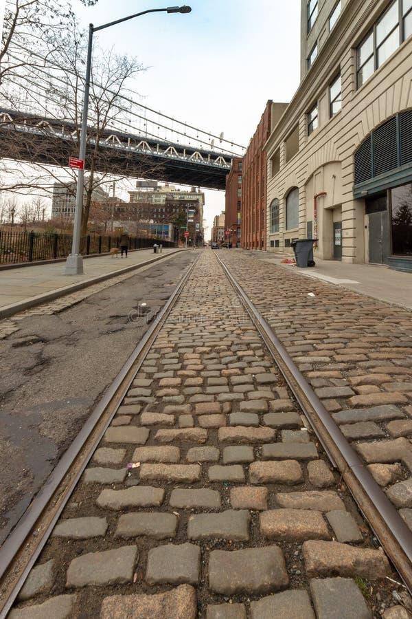 Eine Ansicht hinunter Plymouth-Straße im DUMBO-Abschnitt von Brooklyn stockfotos