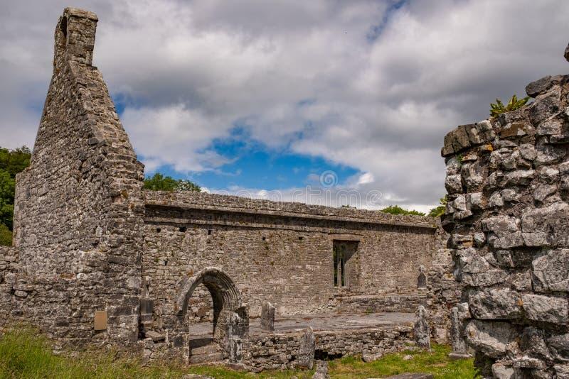Eine Ansicht neben einer Wand der abanoned Ruinen von Killone-Abtei, die im Jahre 1190 errichtet wurde und auf den Banken des Kil stockfoto