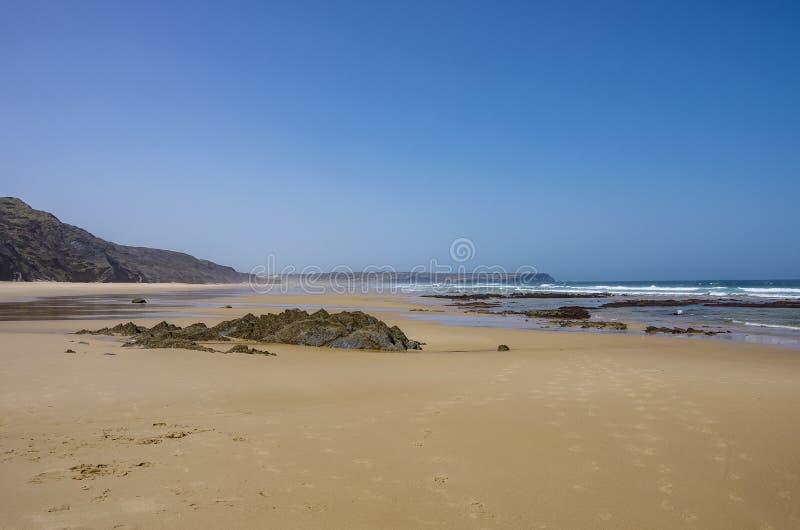 Eine Ansicht schönen Bordeira-Strandes, berühmter surfender Platz in Algarve-Region lizenzfreie stockbilder