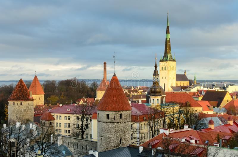 Eine Ansicht vom Hügel über Tallinn-Stadt lizenzfreie stockfotos