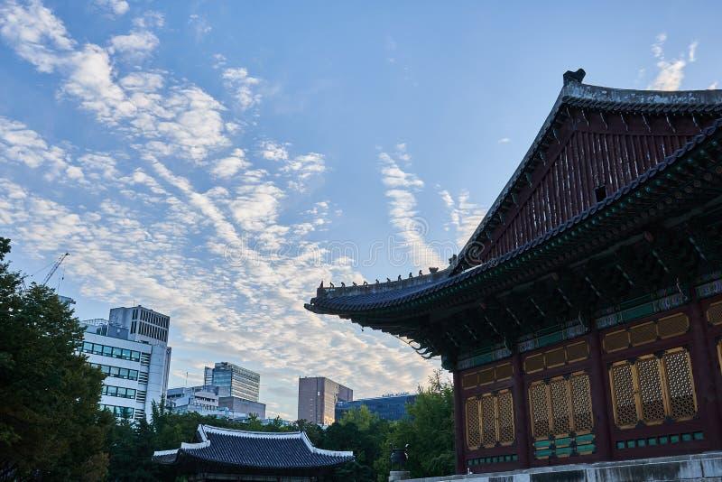 Eine Ansicht von beiden modernen ein traditioneller koreanischer Gebäude Deoksu-Palast in Seoul, Südkorea lizenzfreies stockbild
