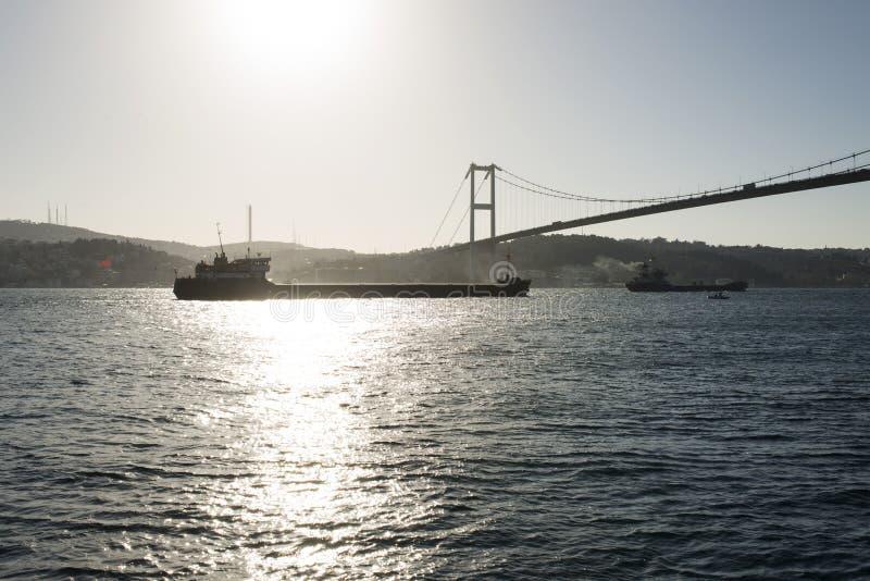 Eine Ansicht von bosphorus Istanbul und von großen Schiffen, die durch die Brücke überschreiten lizenzfreie stockfotos