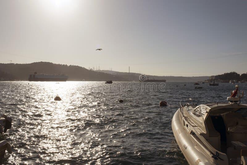 Eine Ansicht von bosphorus Istanbul und von großen Schiffen, die durch die Brücke überschreiten lizenzfreies stockbild