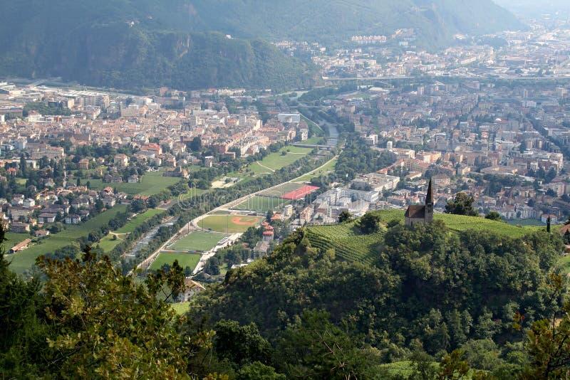 Eine Ansicht von Bozen von den umgebenden Bergen stockbilder