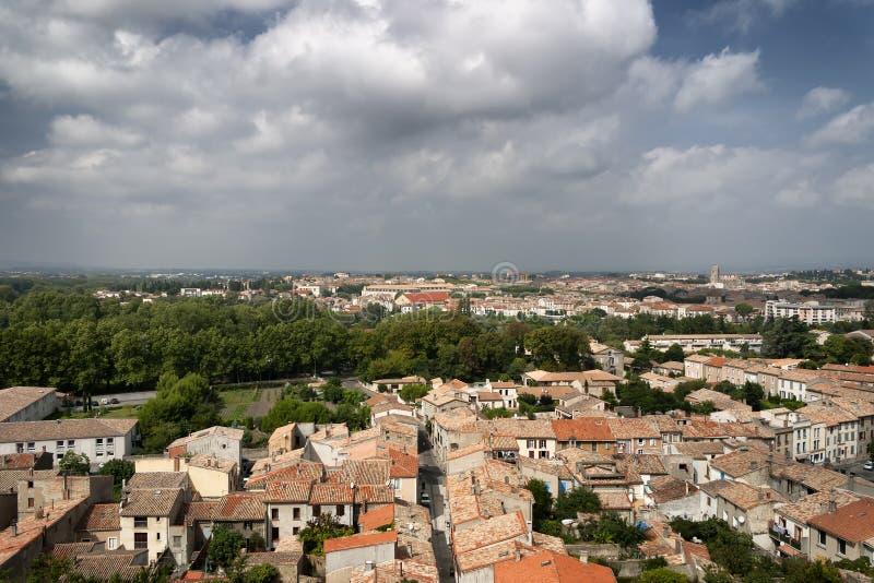 Eine Ansicht von Dachspitzen über einer französischen Stadt stockfotografie