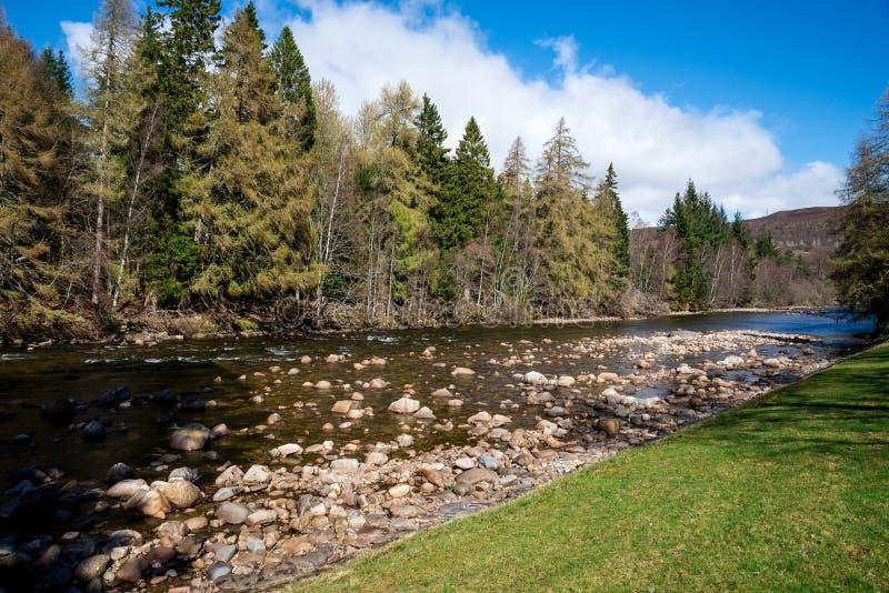 Eine Ansicht von Dee-Fluss im Balmoral-Schlosszustand, Schottland lizenzfreie stockbilder