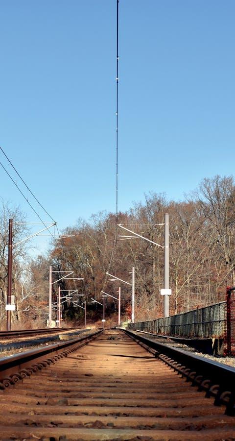Eine Ansicht von den Bahngleisen stockbilder