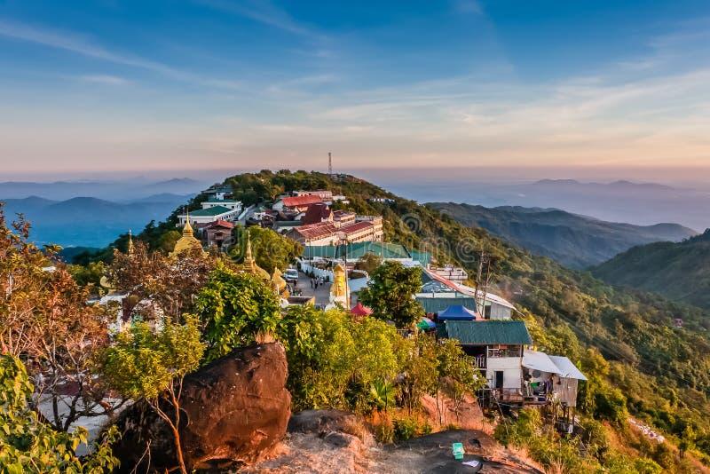 Eine Ansicht von der goldenen Felsen-Pagode auf Umgebungen, Kyaiktiyo, Myanmar stockfoto