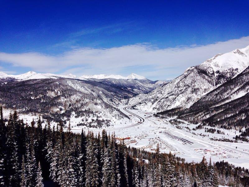 Eine Ansicht von der Spitze eines Berges nah an Avon Colorado lizenzfreie stockbilder
