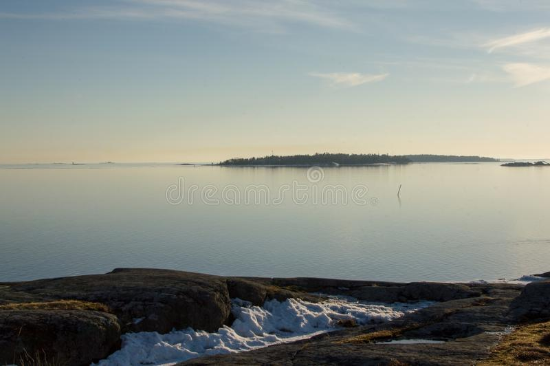 Eine Ansicht von einem Hügel auf einem Meer stockfotos
