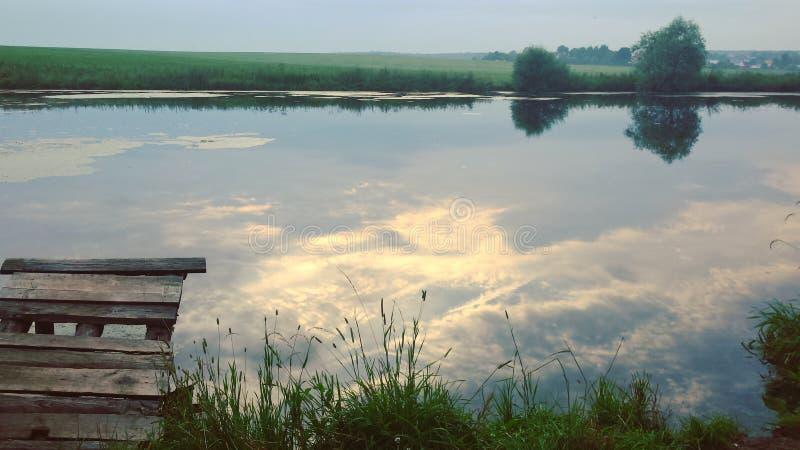 Eine Ansicht von einem Teich am Nachmittag stockbild