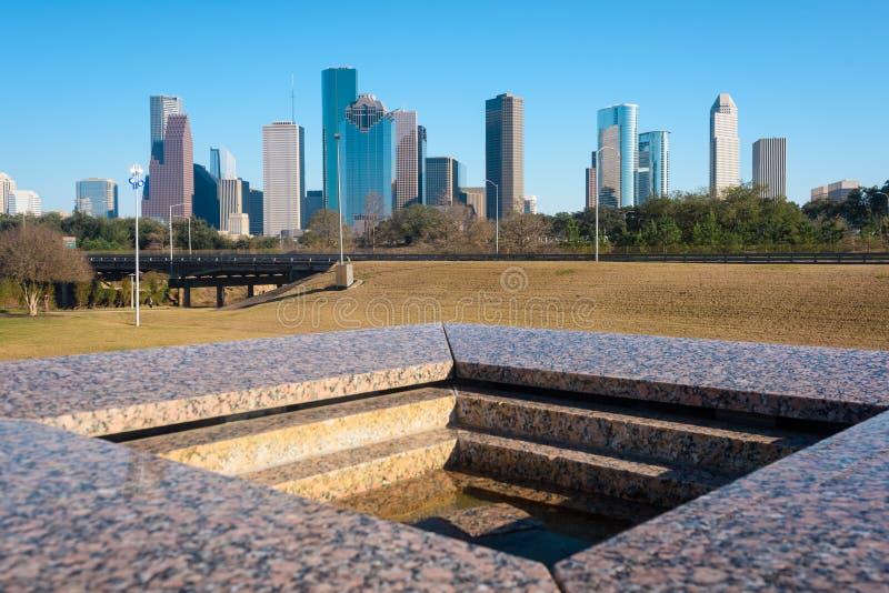 Eine Ansicht von im Stadtzentrum gelegenem Houston von Houston Police Officer-` s Denkmal lizenzfreie stockbilder