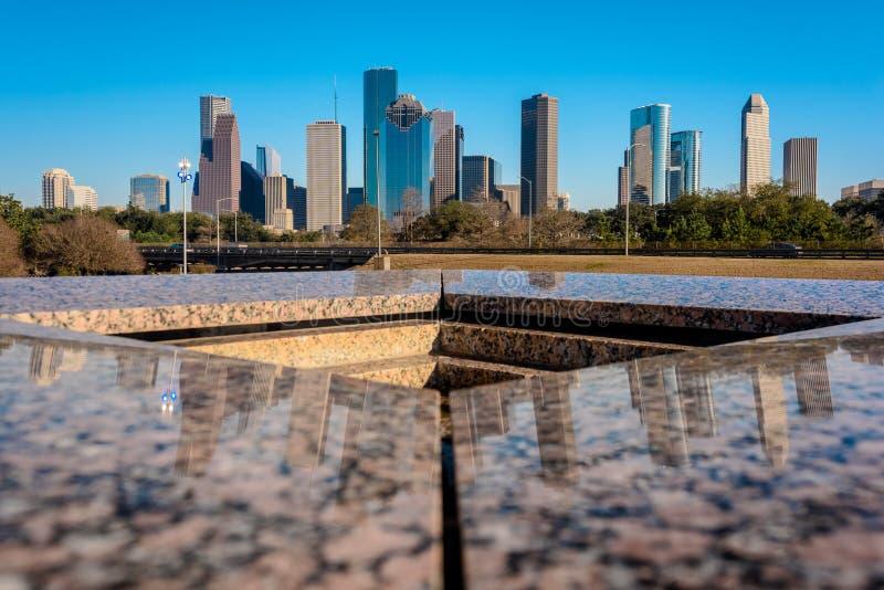 Eine Ansicht von im Stadtzentrum gelegenem Houston von Houston Police Officer-` s Denkmal lizenzfreies stockbild