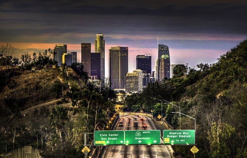 Eine Ansicht von im Stadtzentrum gelegenem Los Angeles von einer Überführung bei Sonnenaufgang lizenzfreie stockfotografie