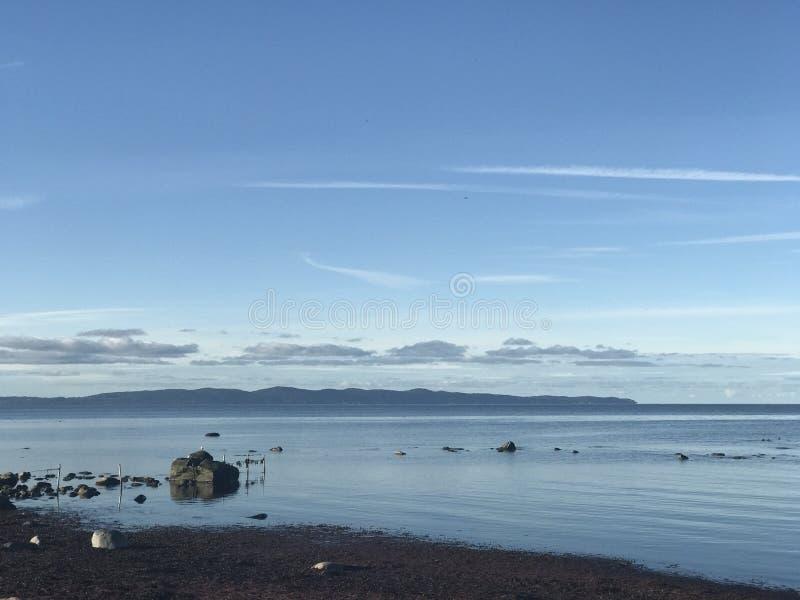 Eine Ansicht von Kullaberg von Glimminge-Strand lizenzfreie stockbilder