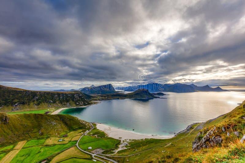 Eine Ansicht von Mannen, Lofoten-Inseln, Norwegen lizenzfreie stockfotografie