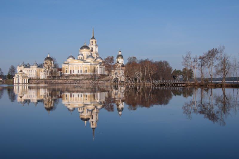 Eine Ansicht von Nilov-Kloster reflektierend in seliger See wässert in t lizenzfreies stockbild