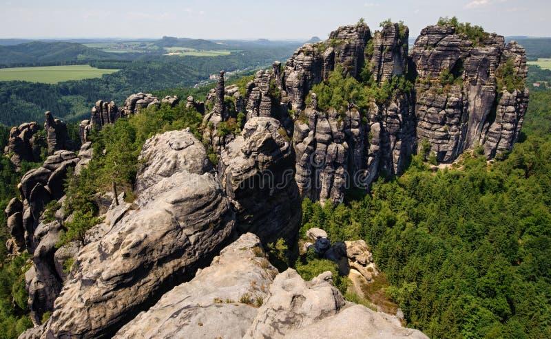 Eine Ansicht von schrammsteine und von Wäldern lizenzfreies stockfoto