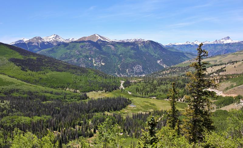 Eine Ansicht von Staat Colorado-Landstraße 149 durch San Juan Mounta stockbilder